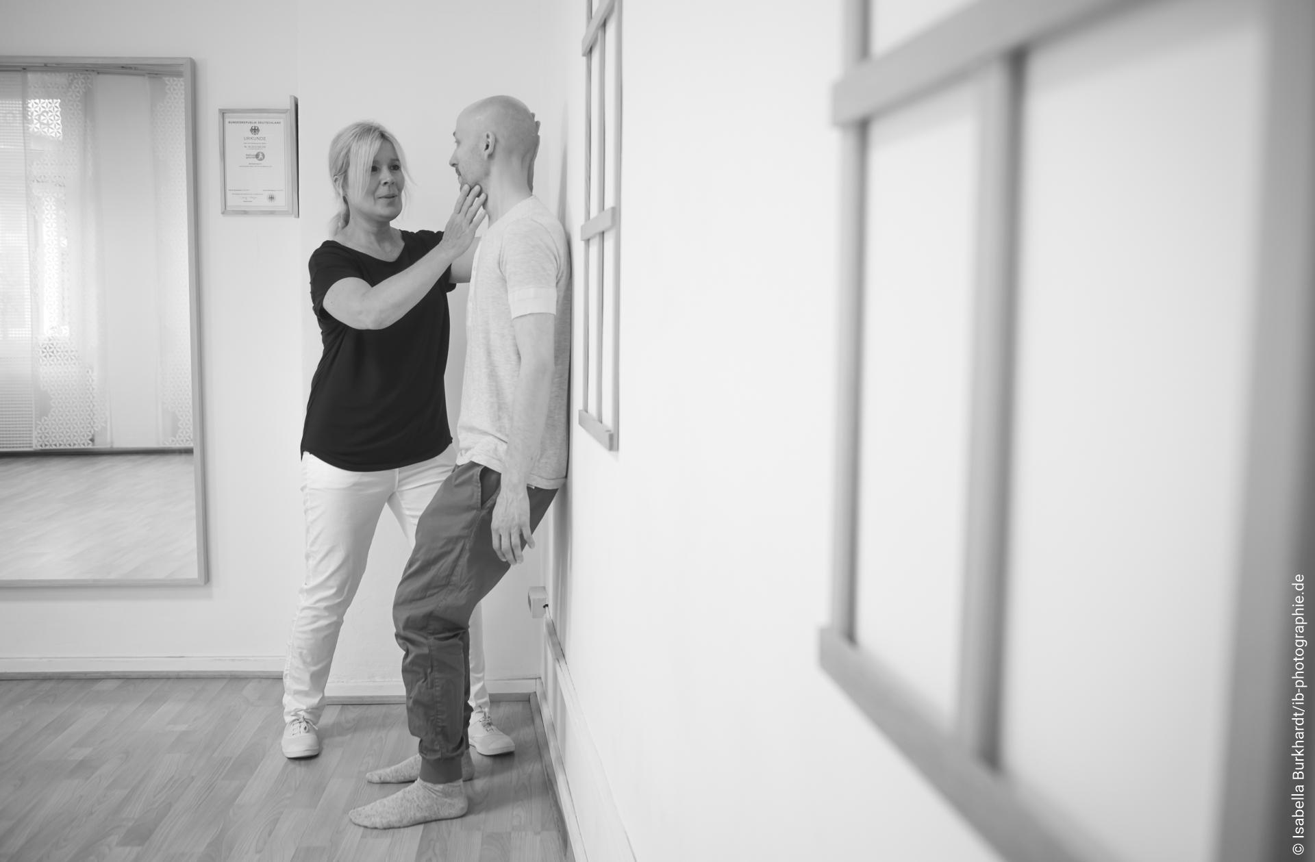Anleitung mit Spiegel - achtsames Fühlen von Belastung und Druck auf Füßen und Gelenken